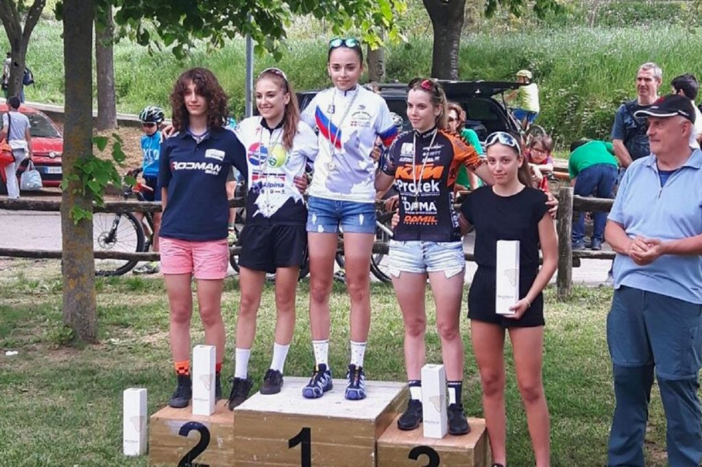 Sylvie Truc sul podio di Valenza con la maglia di Campionessa Regionale